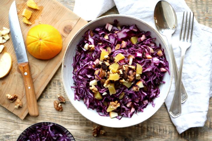 Rotkohlsalat mit Orange, Apfel, Sultaninen, …