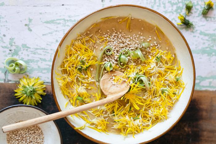 Löwenzahnblüten Hummus
